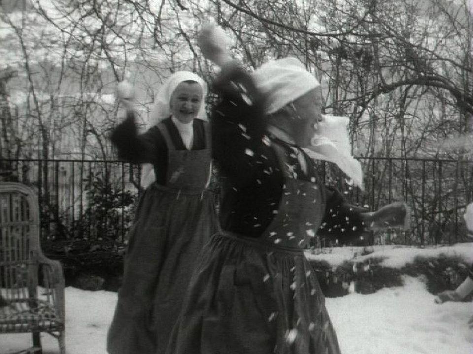 Moment de détente pour les Soeurs Hospitalières de Valère, 1963. [RTS]