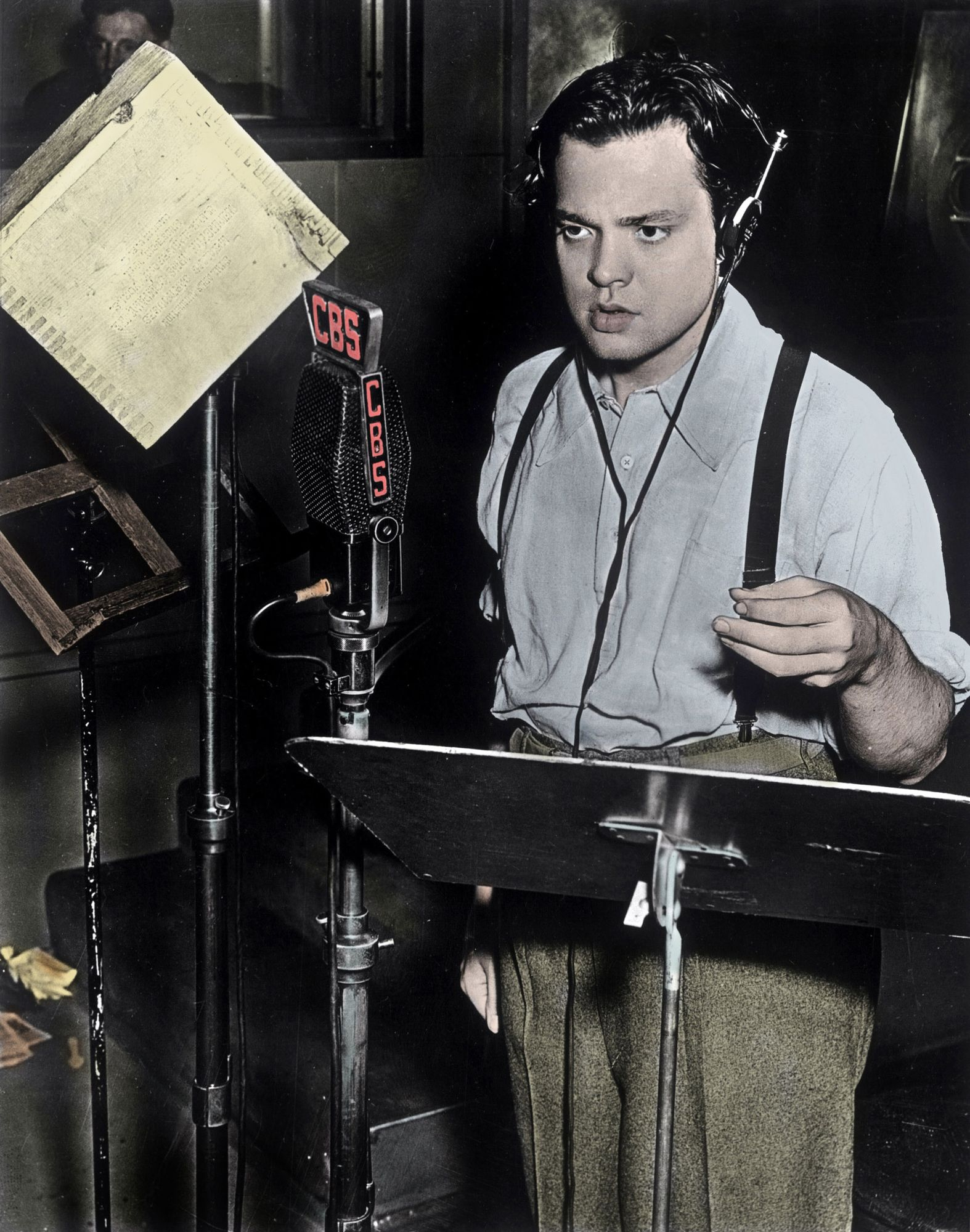 "Orson Welles (1915-1985) pendant l'émission ""La guerre des mondes"" (The War of the Worlds) de l'anglais H.G. Wells, adaptée pour la radio le 30 octobre 1938."