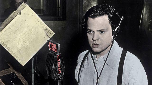 """Orson Welles (1915-1985) pendant l'émission """"La guerre des mondes"""" (The War of the Worlds) de l'anglais H.G. Wells, adaptée pour la radio le 30 octobre 1938. [Costa/Leemage/AFP]"""