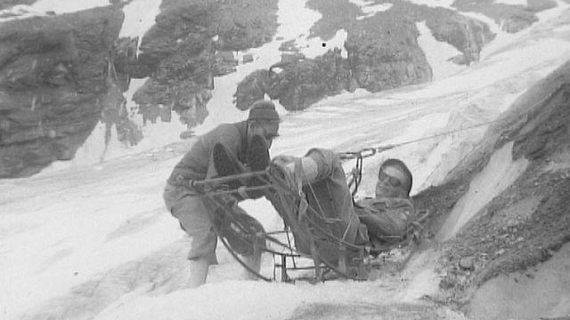 Exercice de sauvetage sur le glacier de Ferpècle. [RTS]