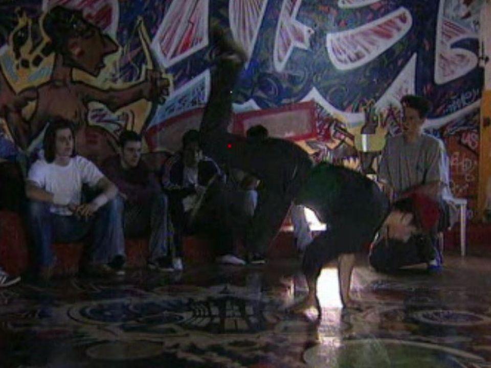 Des jeunes pratiquent le breakdance au squat du Goulet à Chêne-Bourg. [RTS]