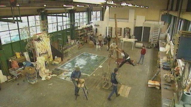 Des artistes au travail dans l'un des ateliers du site Artamis à Genève. [RTS]