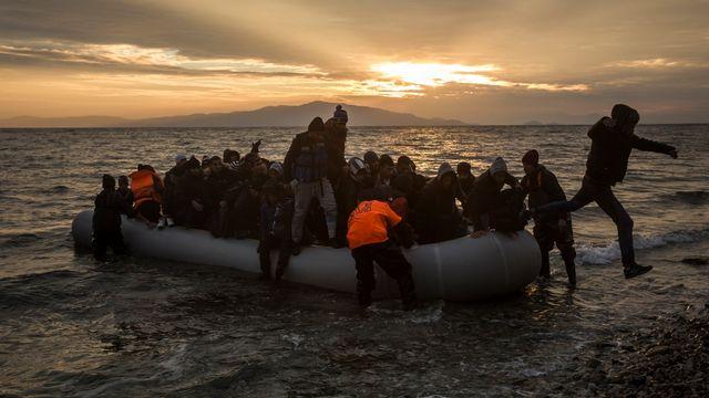 Des migrants atteignent les côtes grecques après une traversée de la mer Egée depuis la Turquie. [Santi Palacios - Keystone]