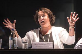 """Stéphanie Mérillat a bien raison d'implorer les cieux pour que """"son"""" Hockeygott réussisse à maintenir le HCB en LNA. [Marcel Bieri - Keystone]"""