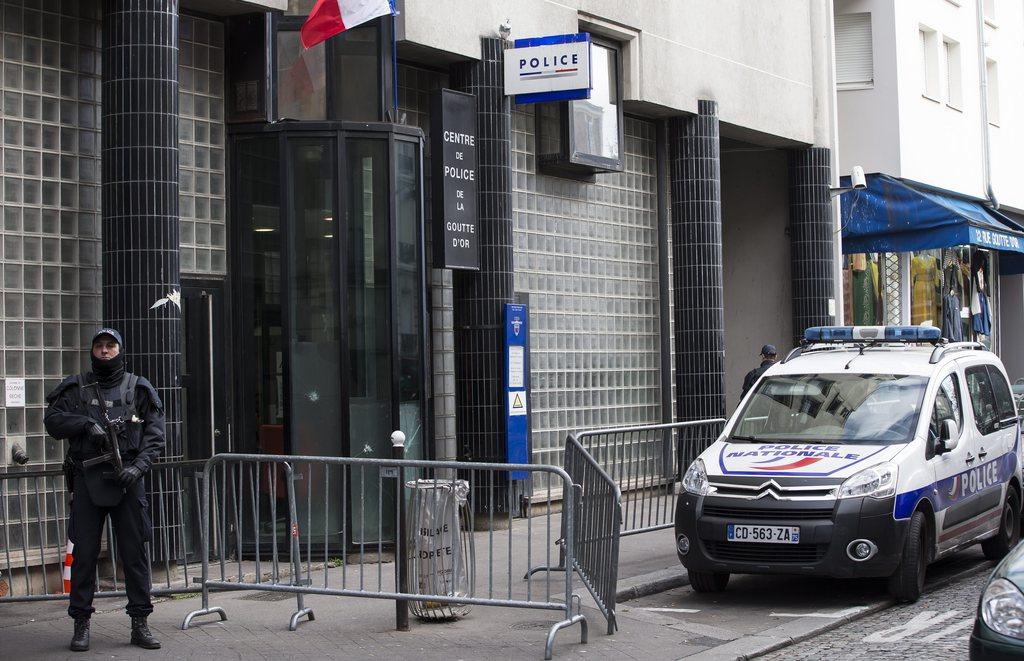 La famille de l 39 homme tu devant un commissariat parisien va porter plainte monde - Porter plainte commissariat ...