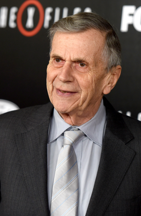 William B.Davis est l'homme à la cigarette.