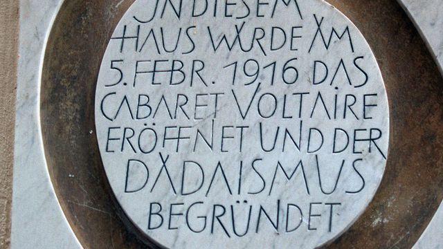 La plaque apposée sur le mur du Cabaret Voltaire à Zurich [Gaetan Bally - Keystone]