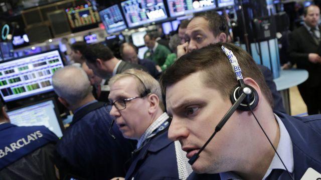 Wall Street a aussi dégringolé dès l'ouverture. [Mark Lennihan - AP/Keystone]