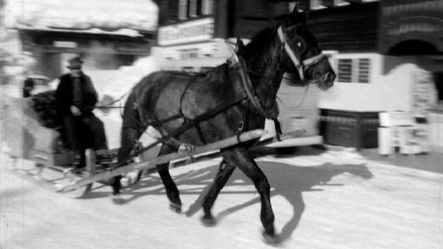 Traîneau tiré par un cheval aux Diablerets, 1968. [RTS]