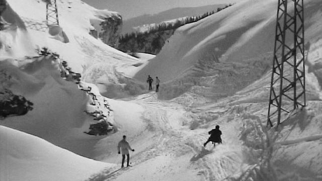 Les joies de la neige sur les pistes de Montana en 1967. [RTS]