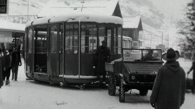 Arrivée d'une nouvelle cabine de ski à Zermatt, 1964. [RTS]