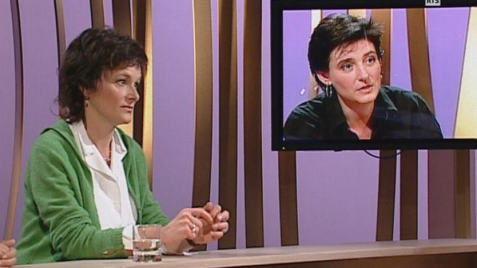 Lucienne Peiry, conservatrice du Musée de l'art brut à Lausanne échange avec la comédienne Claude-Inga Barbey, en 2004. [RTS]