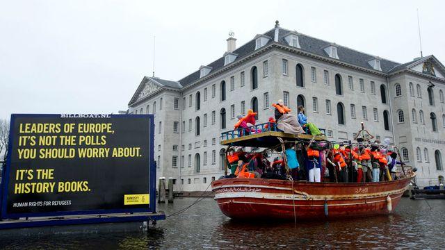 Des membres d'Amnesty International ont mené une action devant le Musée maritime d'Amsterdam, où se déroulait la réunion des ministres. [AP Photo/Peter Dejong - Keystone]