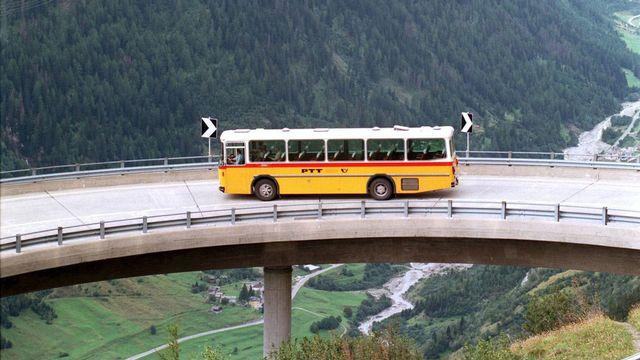 Car postal sur la route du Gothard. [Karl Mathis - Keystone]