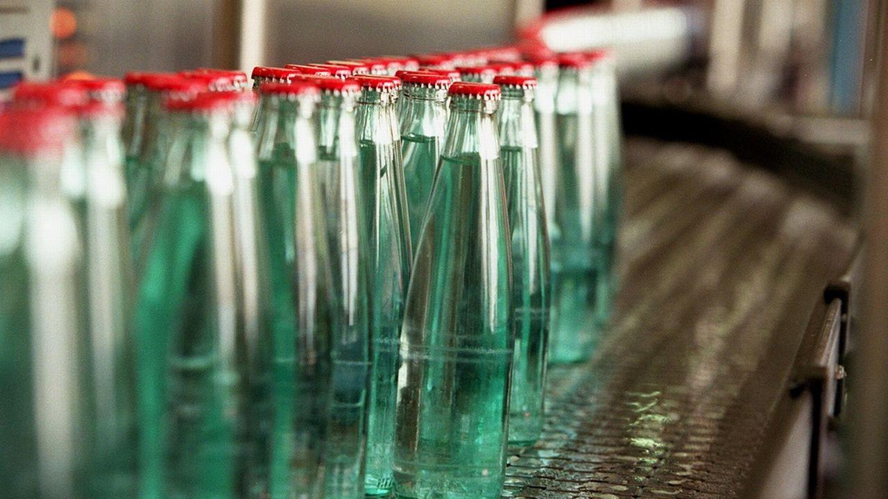 Alors qu'on croyait le marché saturé, la progression de l'eau en bouteille est mondiale. [Martin Rütschi - Keystone]