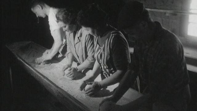 La fabrication du pain de seigle à St-Luc en Valais en 1966. [RTS]
