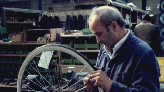 Un ouvrier au travail dans l'usine de cycles Tigra. [RTS]