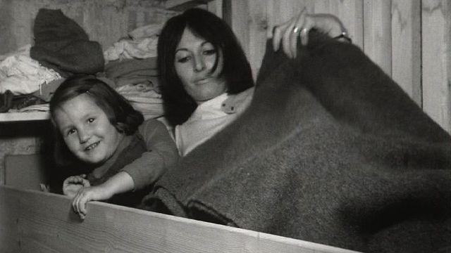 Famille genevoise dans abri antiatomique, 1969. [RTS]