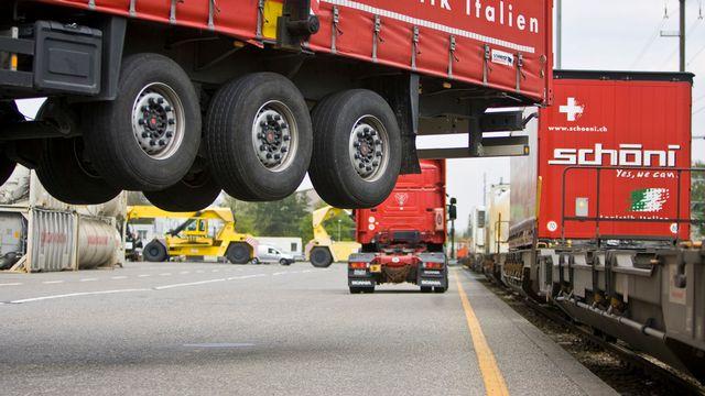 L'alternative au 2e tube serait le transit par le rail pendant la rénovation du tunnel routier. [Gaëtan Bally - Keystone]