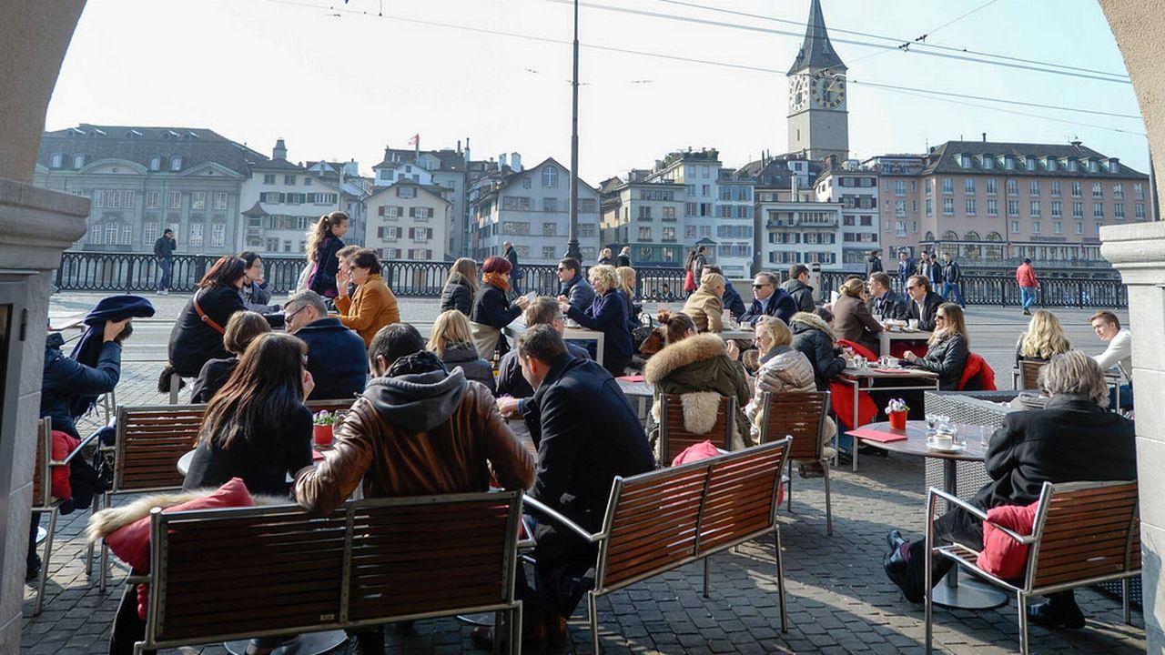 Plus de 80% des Zurichois pensent que la présence d'étrangers est positive pour la ville. [Walter Bieri - Keystone]