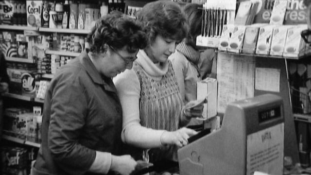 Dans un petit commerce en 1973. [RTS]
