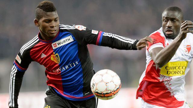 Le FC Bâle d'Embolo (à gauche) et le FC Sion de Pa Moudou ont le championnat dans le viseur, mais pas seulement. [Laurant Gilliéron - Keystone]