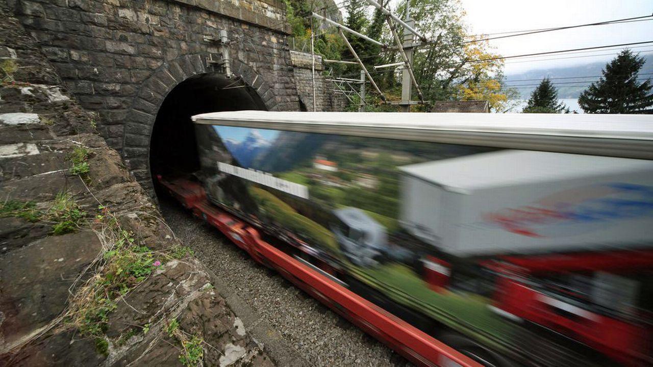 Le tunnel ferroviaire de base du Gothard augmentera notablement les capacités de transport des marchandises par le rail. [Urs Flüeler - Keystone]