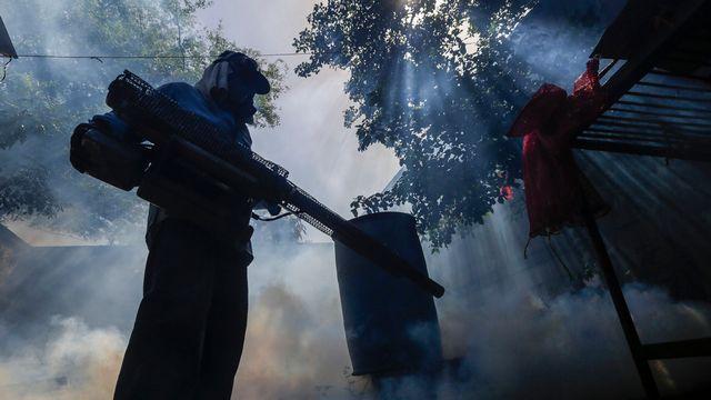 Utilisation de pesticide contre le moustique qui transmet le virus Zika à Managua, Nicaragua. [Inti Ocon - AP/Keystone]