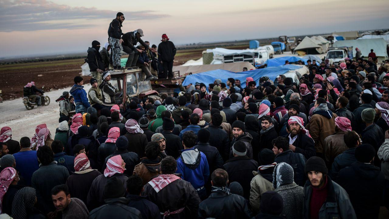 Des Syriens fuyant Alep attendent de pouvoir passer la frontière turque à Bab-Al Salama, le 5 février 2016. [Bulent Kilic - AFP]
