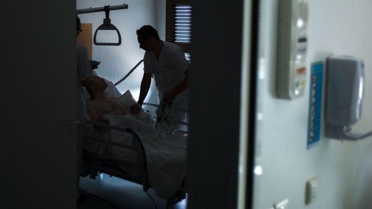 Un patient dans une chambre d'hôpital qui bénéficie de soins palliatifs. [Fred Dufour - AFP]