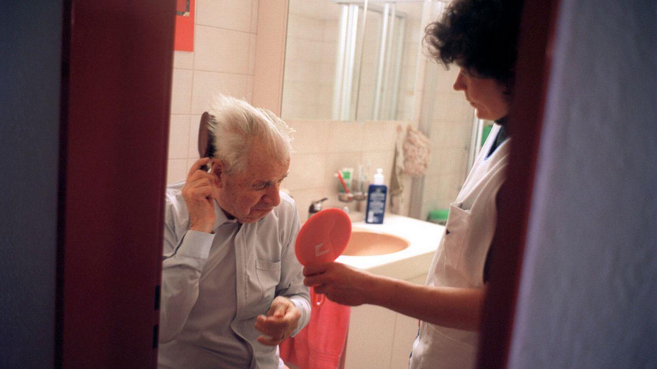 Le canton du Valais veut oeuvrer pour que les personnes âgées puissent rester chez elle dans de bonnes conditions le plus longtemps possible. [Gaëtan Bally - Keystone]