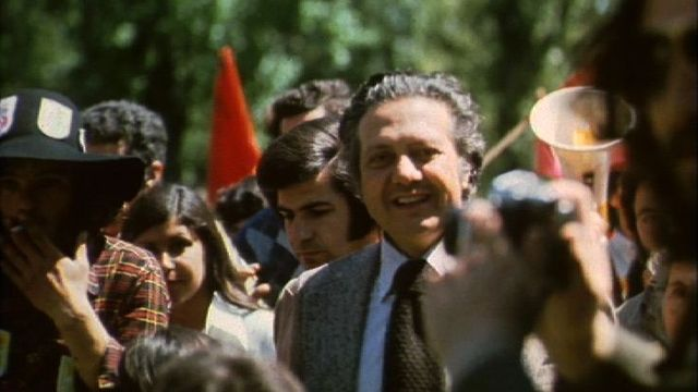 Mario Soares lors de la Révolution des oeillets, en 1974. [RTS]