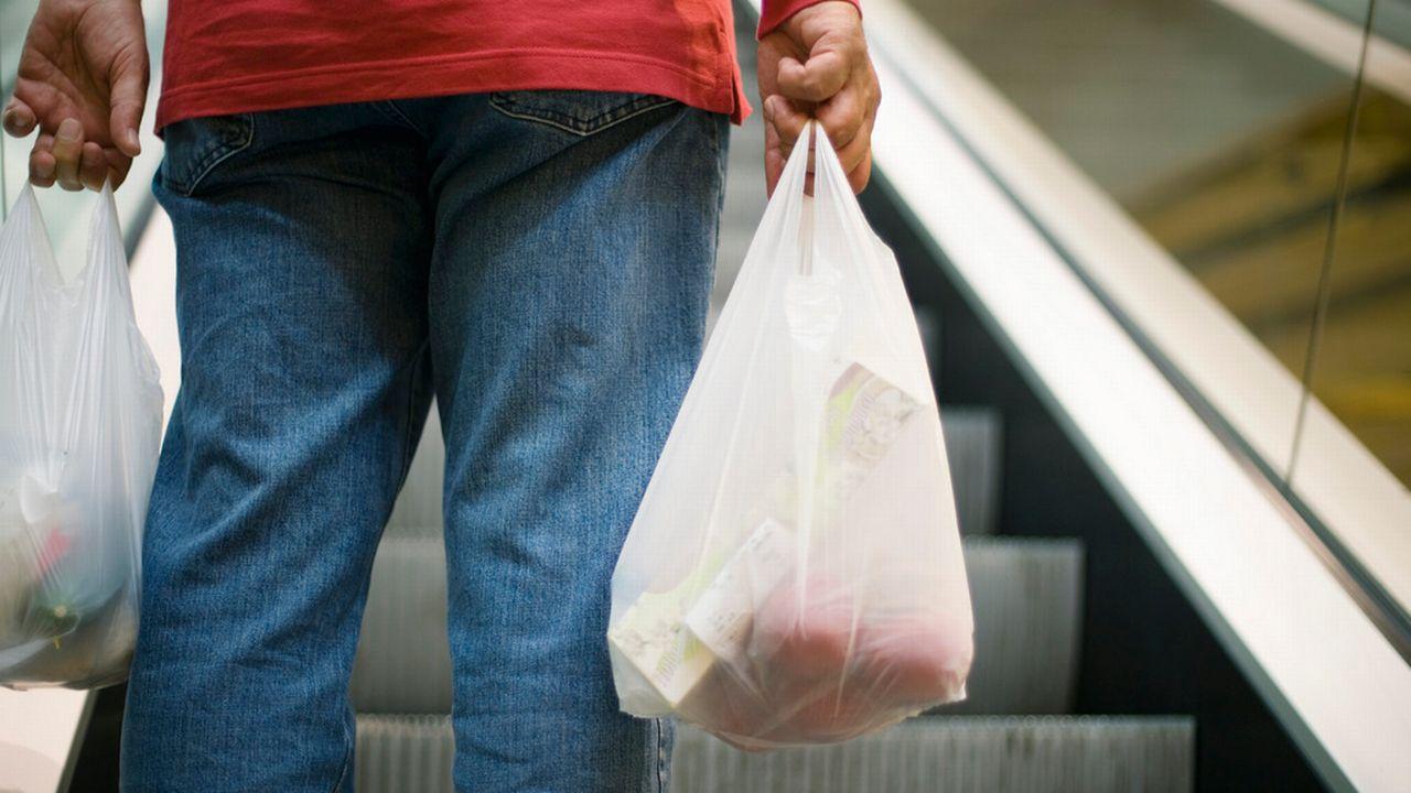 La suppression des sacs plastique s'avère compliquée. [Gaëtan Bally - Keystone]