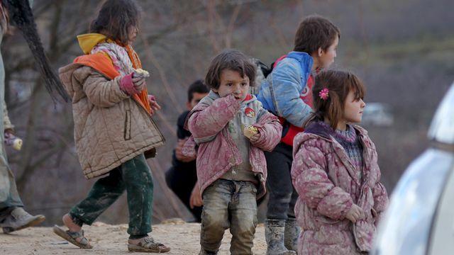 Des enfants syriens déplacés près de la frontière turque. [Ammar Abdullah - Reuters]