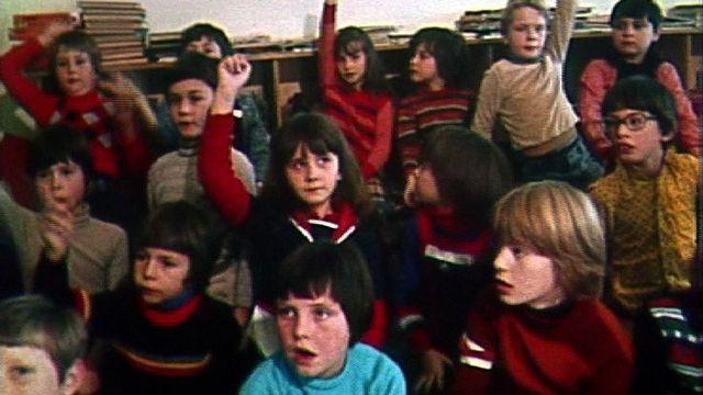 Les enfants véhiculent les clichés racistes de leurs manuels scolaires, 1978. [RTS]