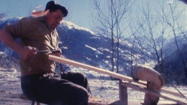 L'art de fabriquer un bel échalas en Valais en 1973. [RTS]