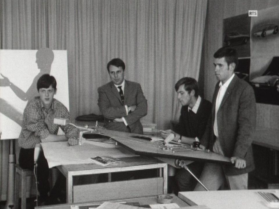 Des étudiants en design et leur professeur à l'école des Beaux-Arts de Genève en 1969. [RTS]