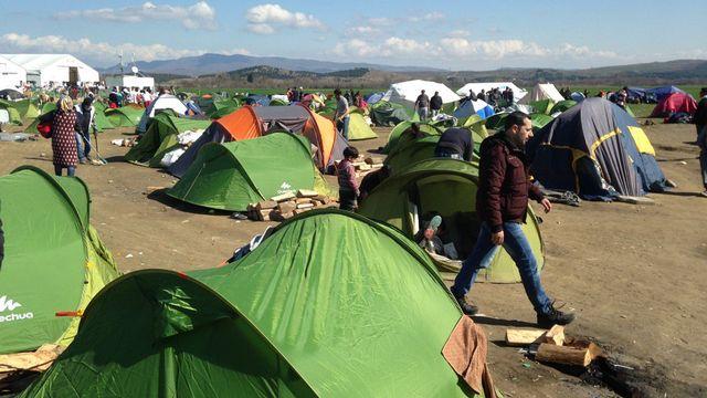 Les migrants sont nombreux dans le camp grec d'Idomeni alors que la frontière macédonienne reste fermée. [Yves Magat - RTS]