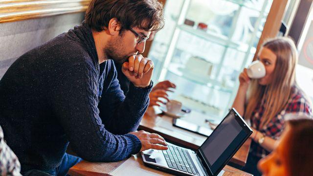 De plus en plus de personnes travaillent dans les cafés. [Dangubic - Fotolia]