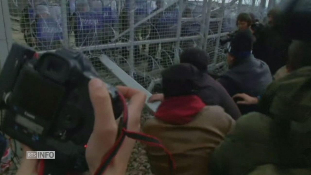 Des migrants tentent de forcer la barrière frontalière macédonienne [RTS]