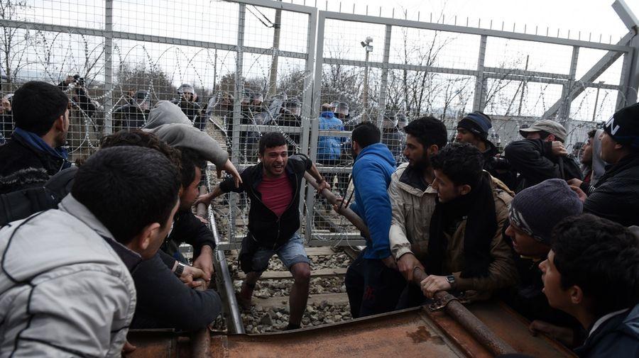 Les migrants se sont attaqués aux barbelés.