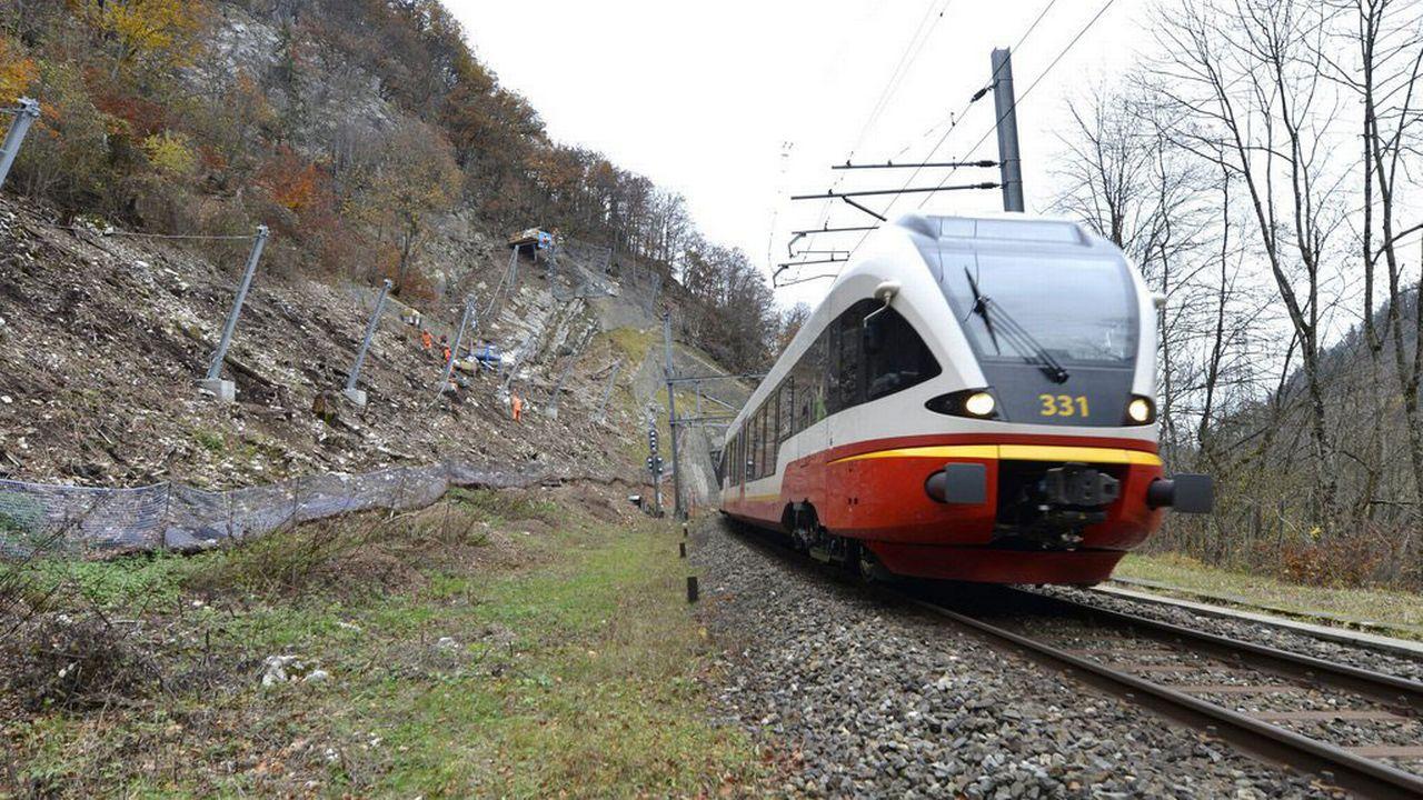 Une rame sur la ligne Neuchâtel-Pontarlier dans le Val-de-Travers. [Christian Brun - Keystone]