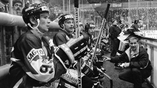 Les étrangers du HC Fribourg Gottéron en 1993, Bykov et Khomutov et leur entraîneur Paul-André Cadieux agenouillé. [STR - Keystone]