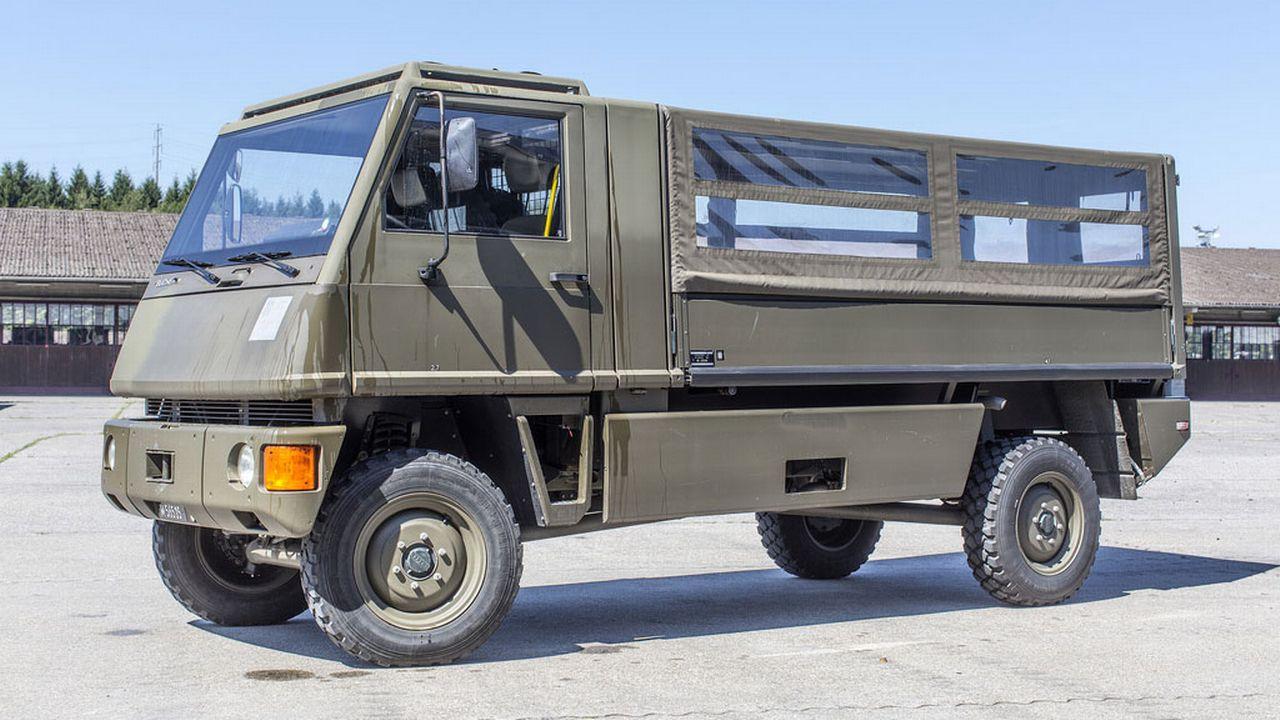 Un véhicule Duro de l'armée suisse sur la place d'armes d'Hinwil en 2014. [Gaëtan Bally - Keystone]