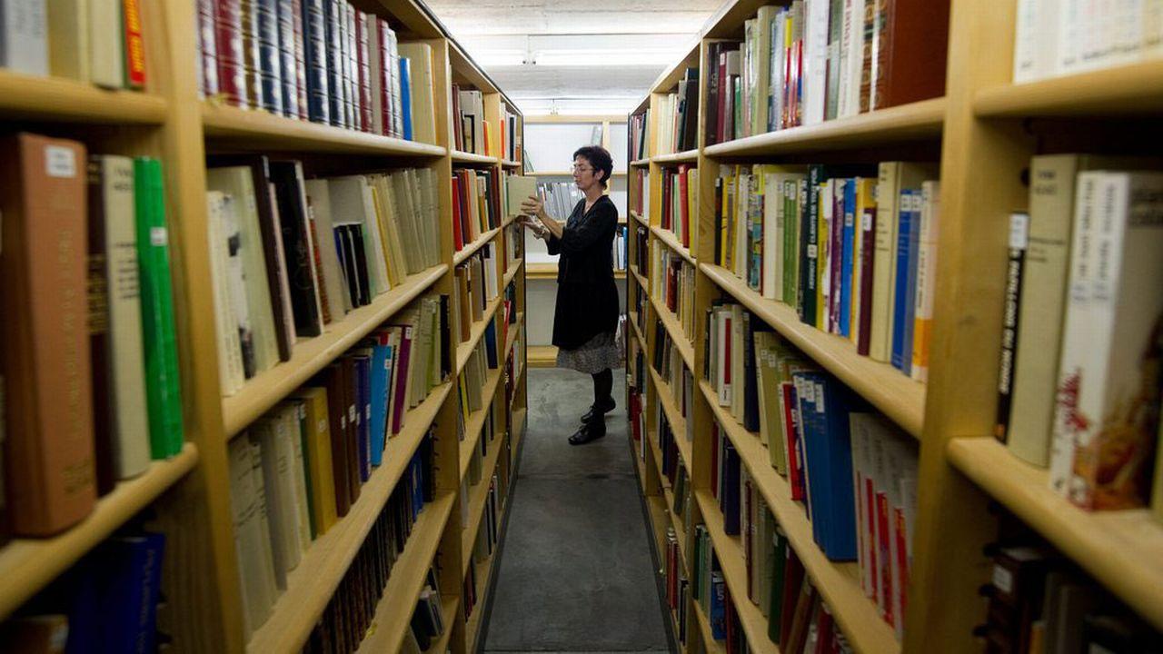 L'emprunt d'un livre à la bibliothèque ne sera peut-être plus gratuit. [Jean-Christophe Bott - Keystone]