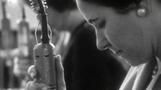 Femme travaillant en usine en 1966. [RTS]