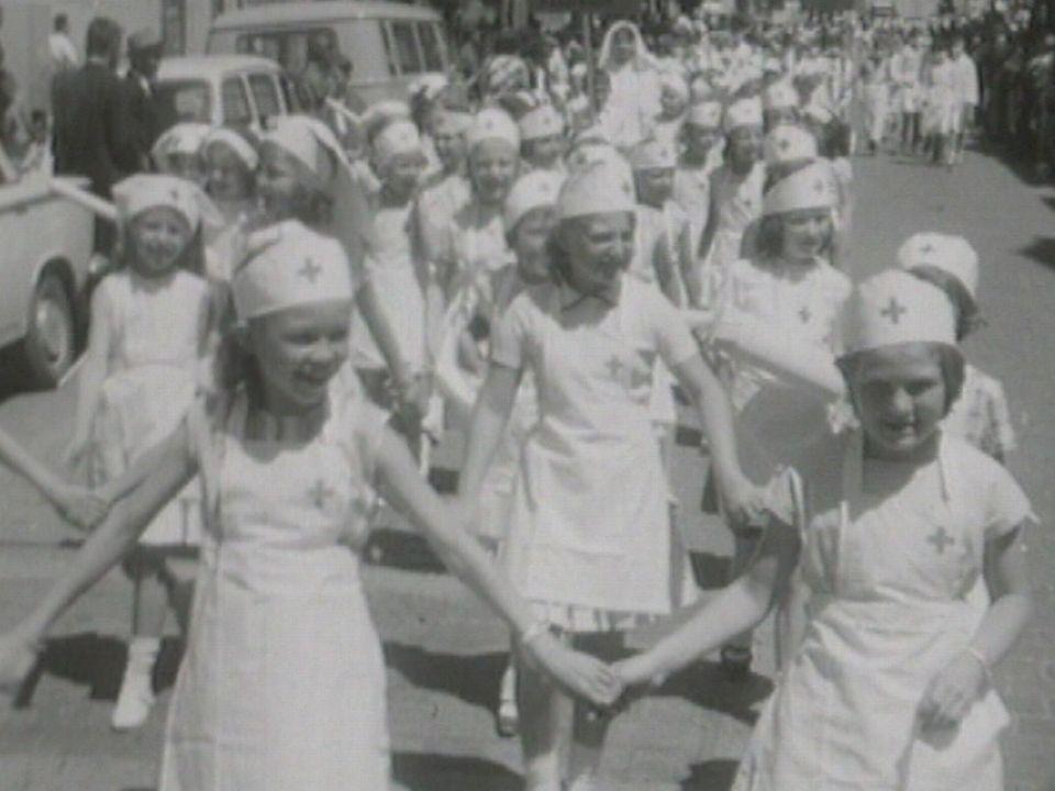 Cortège des promotions à Sion en 1963. [RTS]