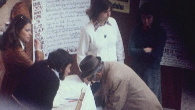 """Récolte de signatures pour l'initiative """"Sauvez le Dahu"""" en 1977. [RTS]"""