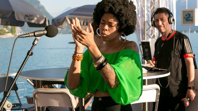 Nikki Hill a enflamé la terrasse de la RTS et visiblement Yann Zitouni lors du second showcase de l'émission. [Marc Bertolazzi - RTS]