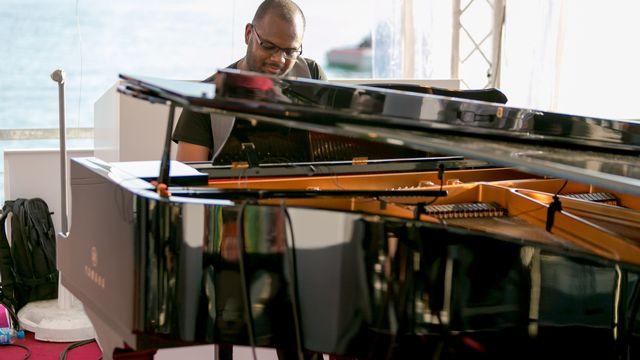 Un piano à queue a exceptionnellement été transporté sur le studio RTS pour servir au mieux le talent de Jerry Léonide. [Marc Bertolazzi - RTS]